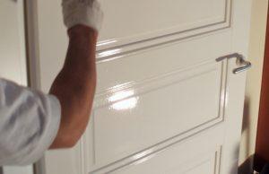 paneeldeur wordt geschilderd